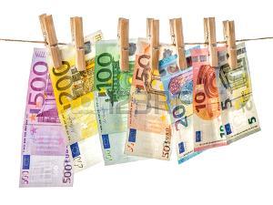 57664654-fond-d-argent-les-billets-en-euros-suspendus-une-corde-avec-des-épingles-à-linge-mise-au-point-sélective